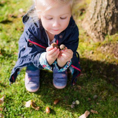Ein kleiner Augenblick festgehalten auf Kinderfotos in der Gartenschau