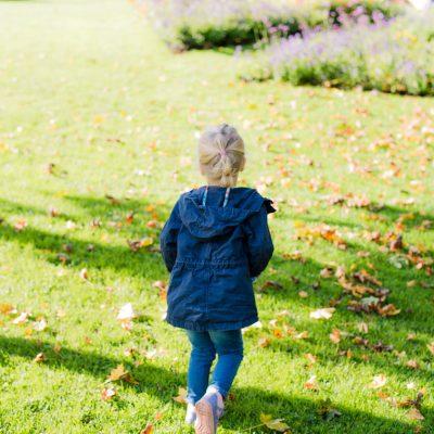 Toben, spielen, natürliche Kinderfotos auf der Gartenschau