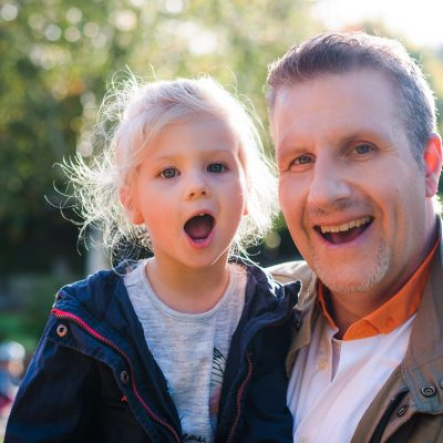 Papa und Tochter posieren für Kinderfotos in der Gartenschau
