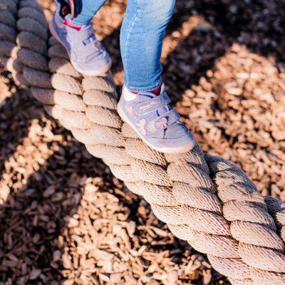 Kleine Füße dürfen auf Kinderfotos in der Gartenschau nicht fehlen