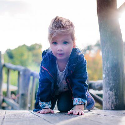 Spielen für natürliche Kinderfotos in der Gartenschau