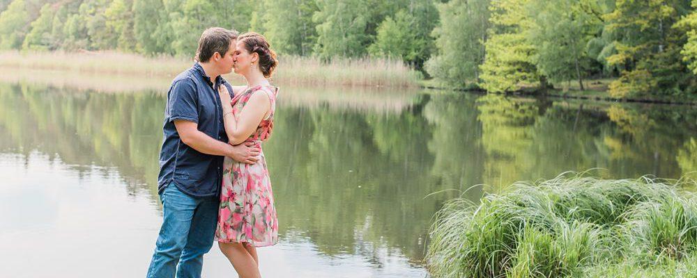 Innige Liebe beim Verlobungsshooting